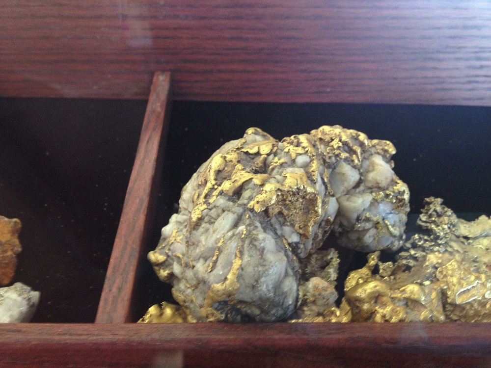 Detecting for Big Gold Nugget & Specimens in Tailing Piles